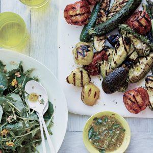 Grigliata di verdure di stagione e pane tostato con aglio e olio di oliva